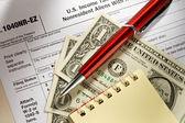 Formulaire d'impôt, crayon, bloc-notes et dollars — Photo