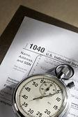 Formulaire d'impôt et chronomètre — Photo