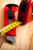 Tape measure and knife — Stockfoto