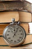 Oude boeken en stopwatch — Stockfoto