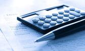 Daňové formuláře, pero a kalkulačka — Stock fotografie