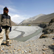 Hiker standing in front of river valley in lower mustang, annapurna, nepal — Stock Photo