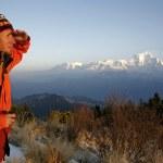 mountaineerer en regardant une chaîne de montagnes — Photo