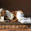Old man relaxing at Jama Masjid, Delhi, India — Stock Photo