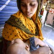 Woman beggar with her baby, delhi, india — Stock Photo