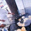 Men frying Puri — 图库照片