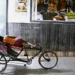Rickshaw puller taking a snooze, delhi, india — Stock Photo