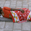 Woman sleeping on the sidewalk, delhi, india — Stock Photo