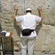 American jew pilgrim at the wailing western wall, jerusalem, israel — Stock Photo