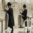 Foto Stock: Jewish men praying at the wailing wall, jerusalem, israel
