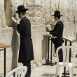 Jewish men praying at the wailing wall, jerusalem, israel — Stock fotografie #8046974