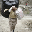 Man carrying water reservoir, annapurna, nepal — Stock Photo