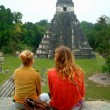 Couple sitting on top of temple with view, tikal, guatemala — Stock Photo