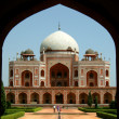 Front view of the humayun tomb framed by the fort wall entrance — Stock Photo