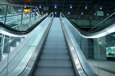 Subiendo las escaleras mecánicas en un área de transporte público — Foto de Stock