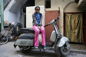 Little girl sitting on scooter in street, delhi, india — Stock Photo