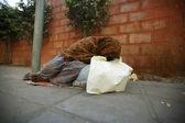 Old woman sleeping on footpath, delhi, india — Stock Photo