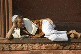 Old man relaxing at Jama Masjid, Delhi, India — Stock Photo