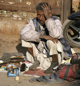 Shoe shiner at Jama Masjid, Delhi, India — Stock Photo