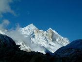 マウント bhagarathi、7700 m 以上高い原始的な景色、浮動少数の雲、 — ストック写真