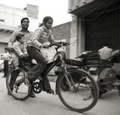Young girl cycling in neighbourhood, delhi, india — Stok fotoğraf