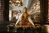 Boeddha standbeeld voor de spiegel in de lobby van het hotel — Stockfoto