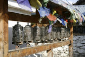 Praying wheels and flags in manang, annapurna, nepal — Foto de Stock