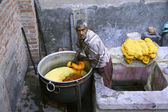 Man dyeing fabric in india — ストック写真