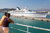 Passengers overlooking ferry boat in harbour — Stock Photo