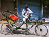 Rickshaw puller in paharganj, delhi, india — Stock Photo