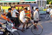 Mężczyzn rowerzystów w mieście — Zdjęcie stockowe