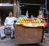 Old couple at juice shop, delhi, india — Stock Photo