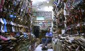 Sprzedawca wewnątrz obuwie sklep, delhi, indie — Zdjęcie stockowe