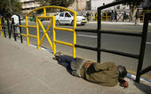 Man sleeping on sidewalk, delhi, india — Stock Photo