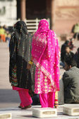 Women in colourful saris at Jama Masjid, Delhi, India — Stockfoto