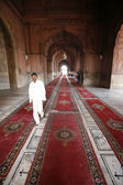 Menino andando no tapete, jama masjid, em deli, índia — Foto Stock