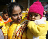 Mother and infant posing in streets of delhi, india — Stock Photo