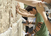 "Young american ""birth right"" jews praying at wailing wall, jerusa — Stock Photo"
