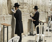 Jewish men praying at the wailing wall, jerusalem, israel — Stock Photo
