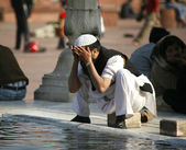 Muslim man performing ablution at Jama Masjid, Delhi, India — Stock Photo