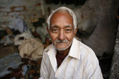 Portrait of old indian shoemaker in delhi, india — Stock Photo
