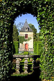 Bush archway with view onto castle in the gardens of eyrignac, france — Stock Photo