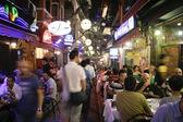 Istanbul, türkei - 25. juli 2007. restaurant und bar nachtleben in taksim — Stockfoto