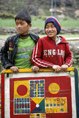две молодые мальчики, позируя с их chosar настольная игра, аннапурна, непал — Стоковое фото