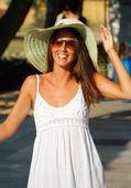 Una mujer hermosa y sombrero de paja — Foto de Stock