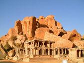 Rovina del tempio indiano infront di massi di roccia massiccia, hampi, india — Foto Stock