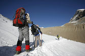 Trekkers following path the mountain summit — 图库照片