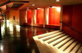Kırmızı iç merdivenler ile — Stok fotoğraf