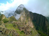 Light cloud crossing macchu picchu on a sunny day, peru — Stock Photo