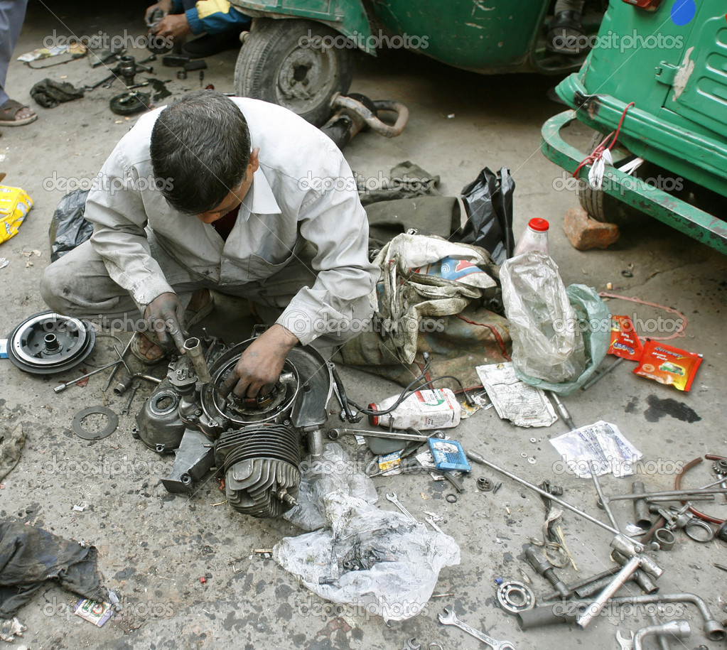 Mechanic at workshop in delhi, india — Stock Photo #8044475